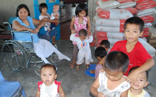 Ms Vuong Ngoc Suong and the orphans at the Tay Ninh site